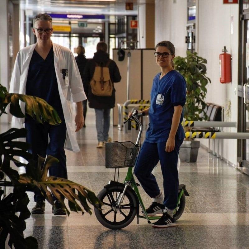 Esla-Betriebsroller-Industrieroller-Tretroller-im-Krankenhaus